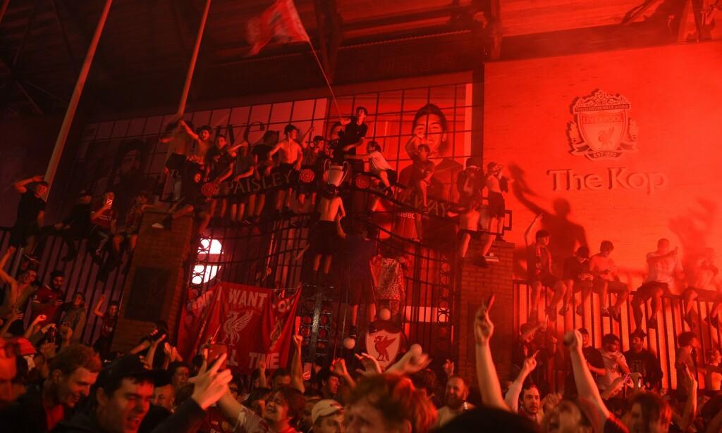 SAMLET SEG: Liverpool-fansen samlet seg utenfor Anfield. Foto: Oli SCARFF / AFP / NTB Scanpix