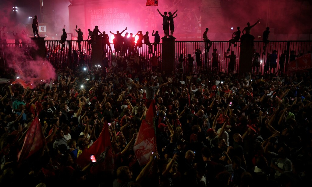 KUNNE IKKE DY SEG: Liverpool-fansen samlet seg i hopetall. Foto: Oli SCARFF / AFP / NTB Scanpix