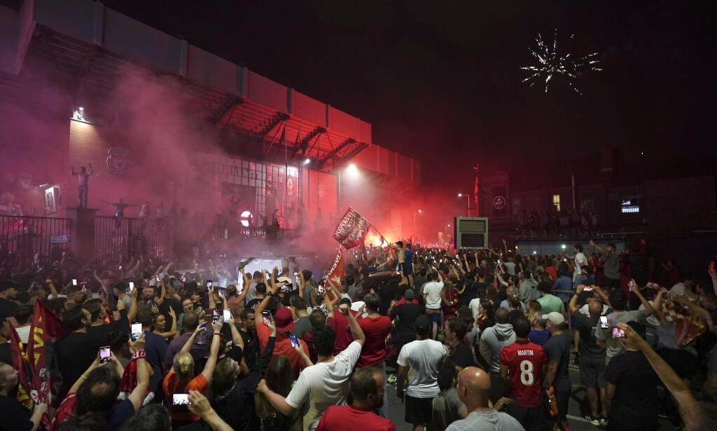 STOR FEST: Liverpool-fansen feiret med fyrverkeri. Foto: Jon Super/NTB Scanpix