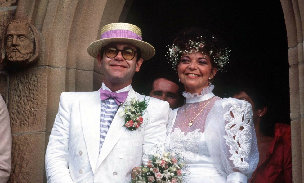 VAR GIFT: Elton John var på 1980-tallet gift med den tyske lydteknikeren Renate Blauel i fire år. Nå går hun rettens vei. Her er brudebildet fra 1984. Foto: NTB Scanpix