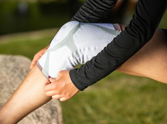 BESKYTTER: Med knestøtte fra Actimove holder kneet seg varmt, og risikoen for skader er mindre.