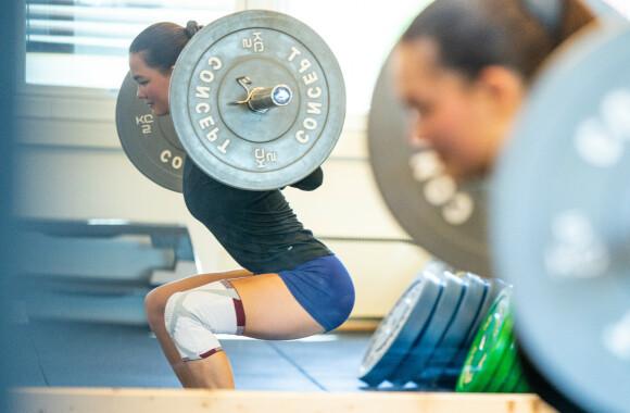 TIL ALT: Knestøtten er til god hjelp når Caroline enten trener styrke, løper eller spiller fotball.