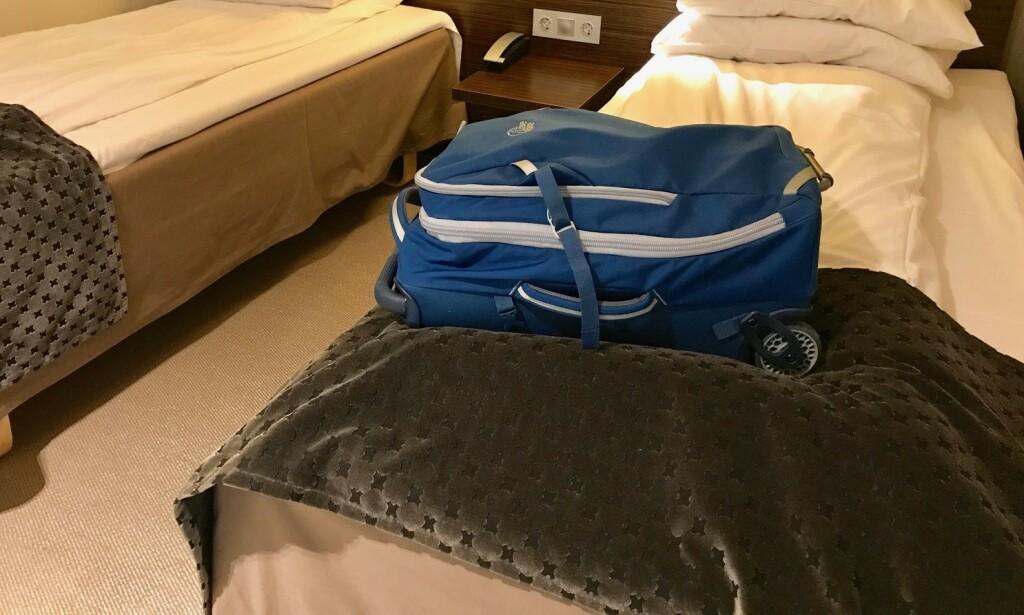 Nei: Kofferten skal ikke legges på senga. Det beste er å ha den på badet. Foto: Odd Roar Lange