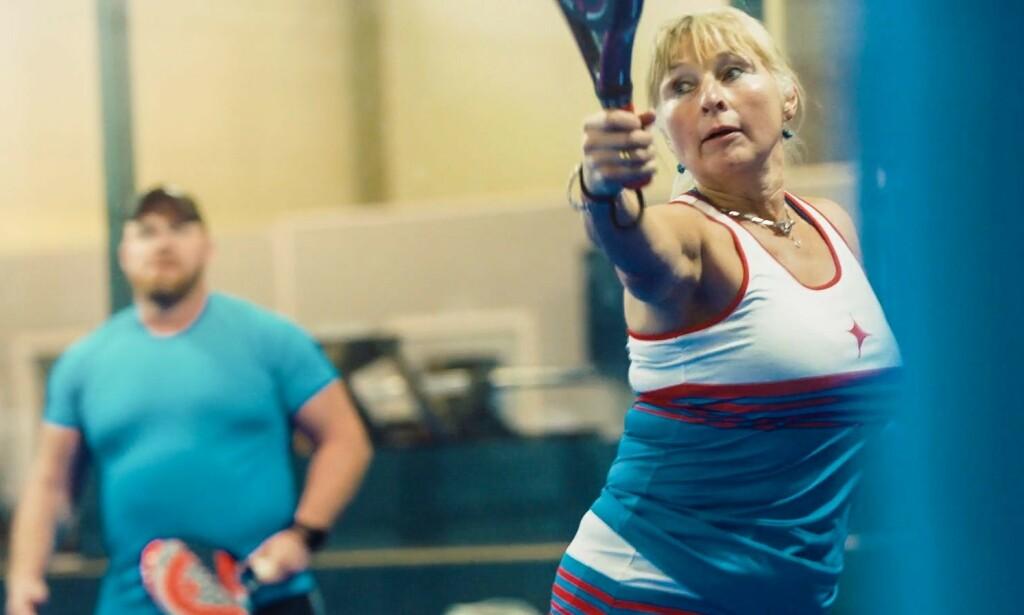 AKTIV IGJEN: Vibeke Berger Tunby kunne ta opp paddle-tennis takket være en knestøtte.