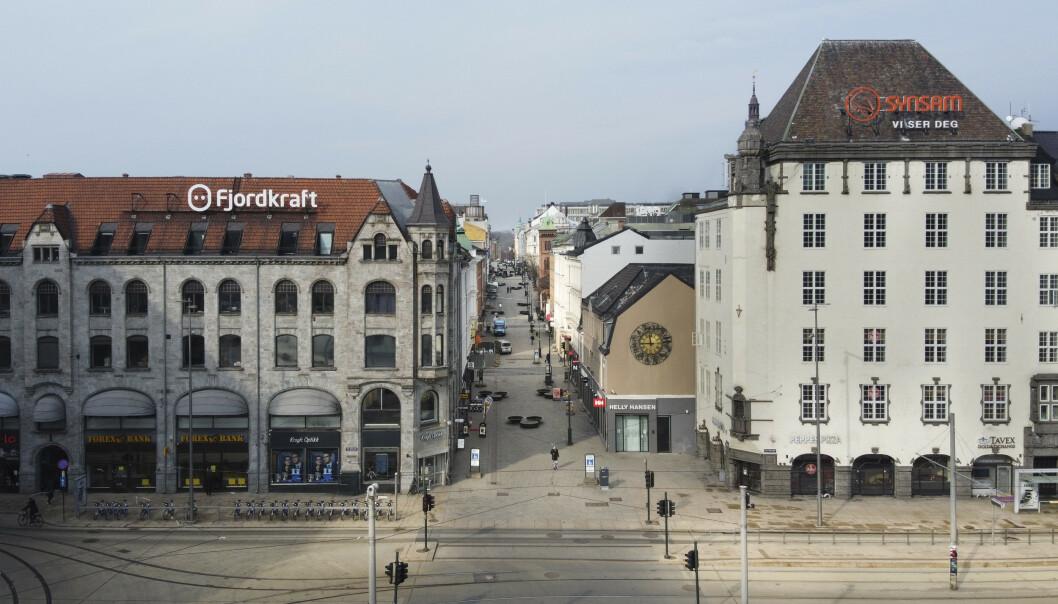<strong>Den gang da:</strong> Bildet viser nær folketomme gater og stengte forretninger ved Karl Johans gate og Jernbanetorget 25. mars i år. Siden den gang har norge sakte men sikker åpnet opp igjen. Nå er nordmenns tillit til egen og landets økonomi høyere enn før krisa.