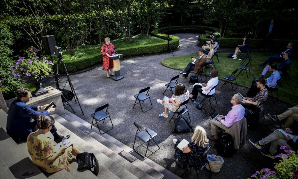 DEN SPESIELLE VÅREN: Statsminister Erna Solberg oppsummerte den spesielle våren i hagen i statsministerboligen i dag. Foto: Lars Eivind Bones
