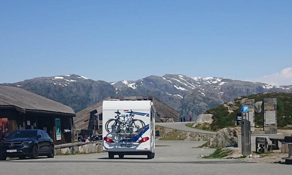 TYSKERE PÅ TUR: Turistvert ved Keragbolten, Henrik Lilleheim, observerte denne bobilen på parkeringsplassen for et par uker siden. Turistene kom fra Tyskland via Sverige. Foto: Privat