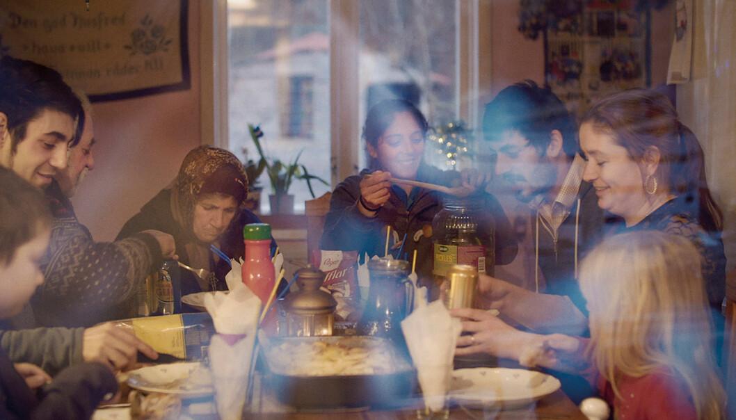 FAMLIEBESØK: Josefin og Florin får ofte besøk av Florins slektinger. Foto: Mantaray Film/NRK
