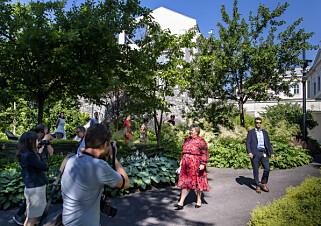 ERNAS HAGE: Solberg holder sin halvårlige pressekonferanse i hagen utenfor statsministerboligen. Foto: Lars Eivind Bones