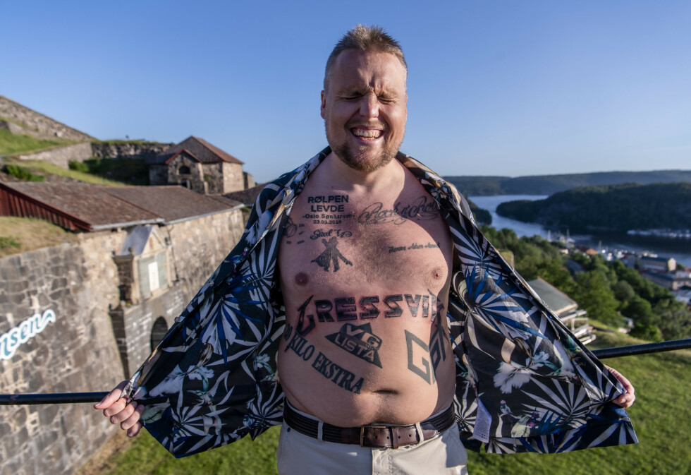 AU: Staysman (Stian Thorbjørnsen) har tatovert Gressvik på brystet i Metallica-font. Det for å hedre plassen han vokste opp og bandet han forguder. Foto: Lars Eivind Bones / Dagbladet
