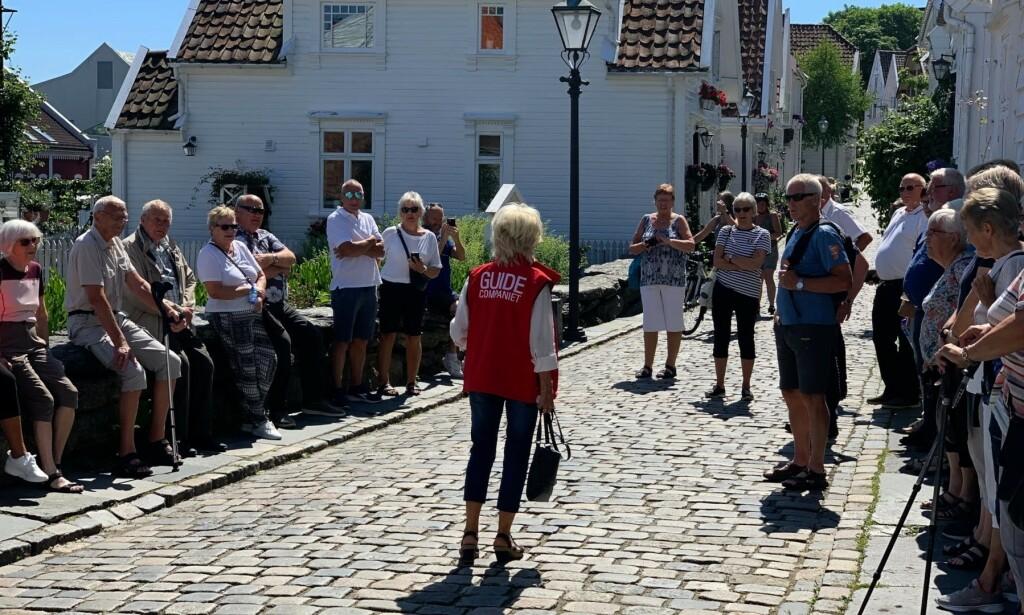 2020 - SAMME TORSDAG KL. 13: Første turgruppe klar for guiding gjennom Øvre Strandgate. Foto: Jostein Sletten / Dagbladet.