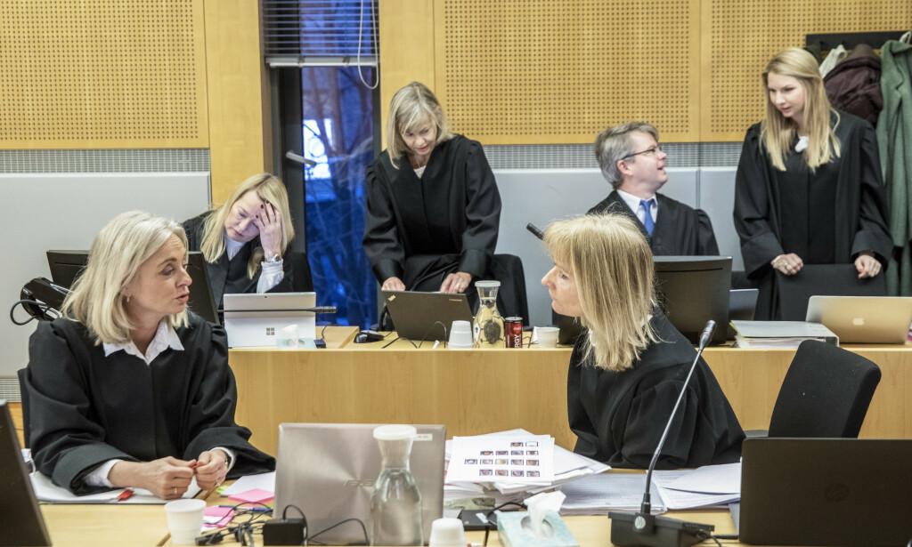 GRUNDIG DOM: Bistandsadvokat Marte Brodtkorb (bakerst t.v.) vil ikke kommentere Drevdals syn på saken, men mener dommen er grundig. Her med aktoratet og andre bistandsadvokater. Foto: Ole Berg-Rusten / NTB scanpix