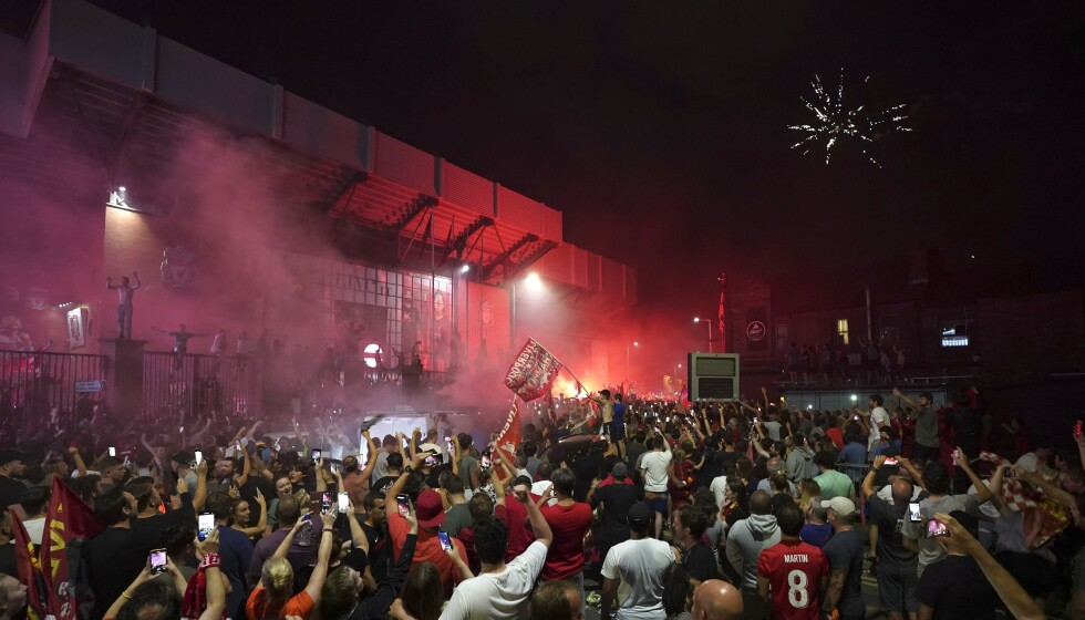 Mange møtte opp utenfor Anfield for å feire Liverpools ligagull torsdag kveld. Foto: Jon Super/AP/NTB scanpix