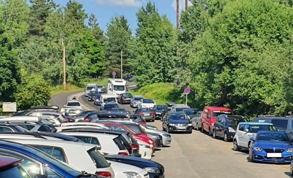 TETT I TETT: Lørdag delte Øst politidistrikt bilder fra parkeringsplassen ved Nordbytjernet i Ullensaker, til skrekk og advarsel for andre bilister. Foto: Politiet