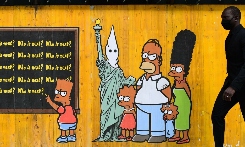 SLUTT: Hvite skuespillere får ikke lenger ha stemmen til karakterer med annen hudfarge i The Simpsons. Dette bildet er laget av den italienske kunstneren aleXsandro Palombo som en hyllest til George Floyd. Foto:AFP.