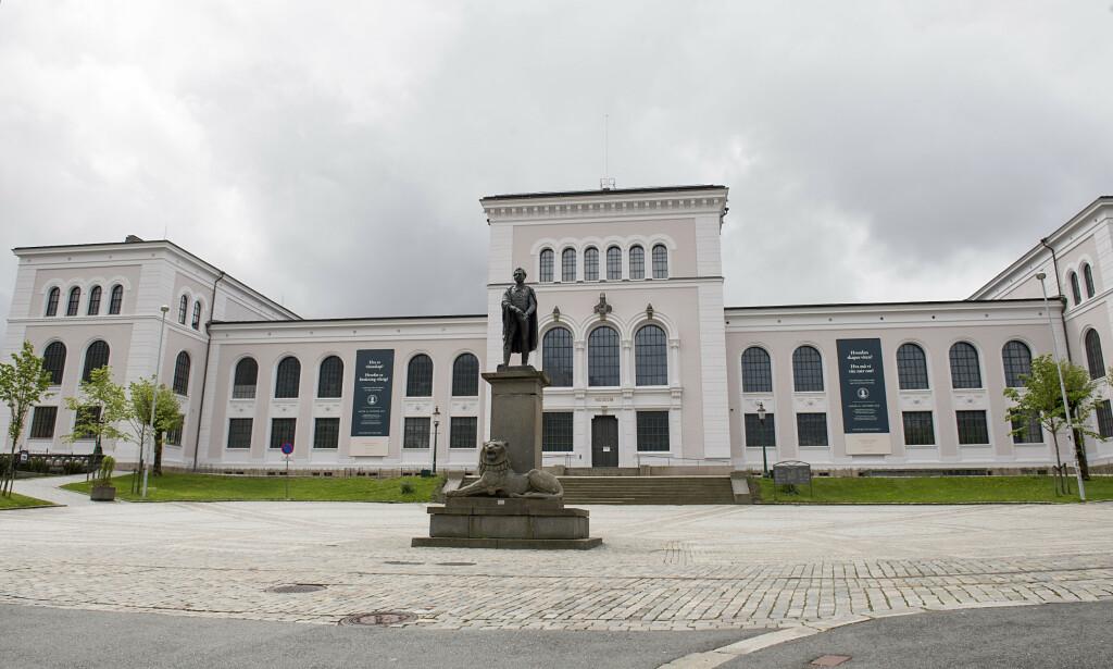 SAGT OPP: En vitenskapelig ansatt ved Universitetet i Bergen er sagt opp etter at han skal ha tatt nærgående bilder av studentene sine med telefonen sin, men slåss for jobben. Foto: Marit Hommedal / NTB Scanpix