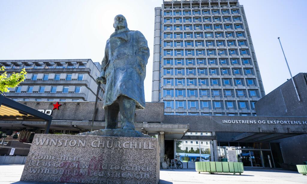 STATUE: Det er oppsiktsvekkende om Churchill blir stående som vinner av to verdenskriger, reddet verden fra nazismen og fascismens grep og bidro til europeisk forening, mens statuene av han blir revet ned av «social justice warriors», skriver innleggsforfatterne. Foto: Håkon Mosvold Larsen / NTB scanpix