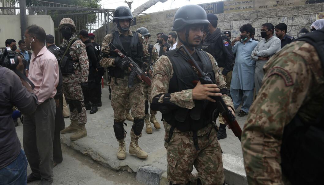 Sikkerhetspersonell omringer børsen i Karachi etter mandagens angrep. Foto: Fareed Khan / AP / NTB scanpix