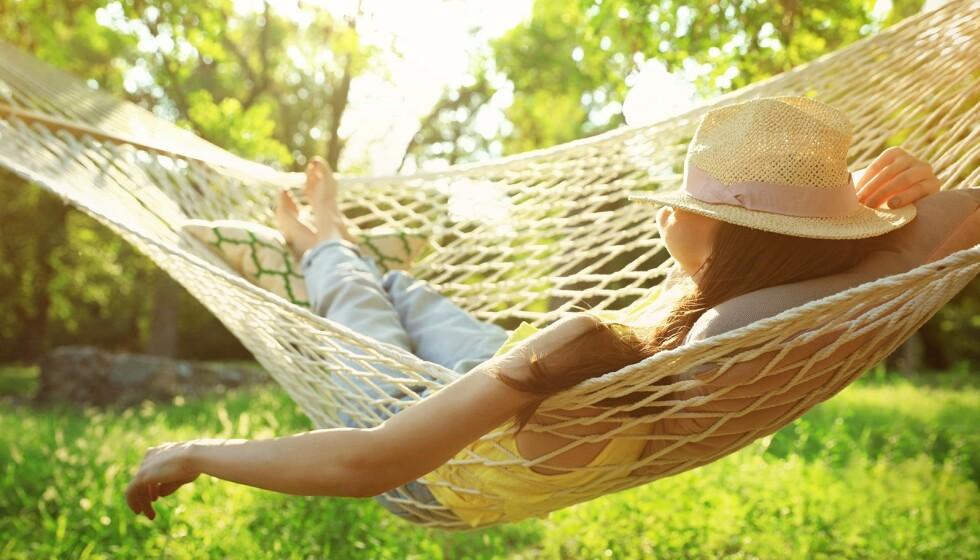 HJEMMEFERIE: Mange benytter hjemmeferien til å få fikset ting i hjemmet, men ifølge ekspertene er det viktig at vi også gir oss selv lov til å slappe helt av. FOTO: NTB Scanpix