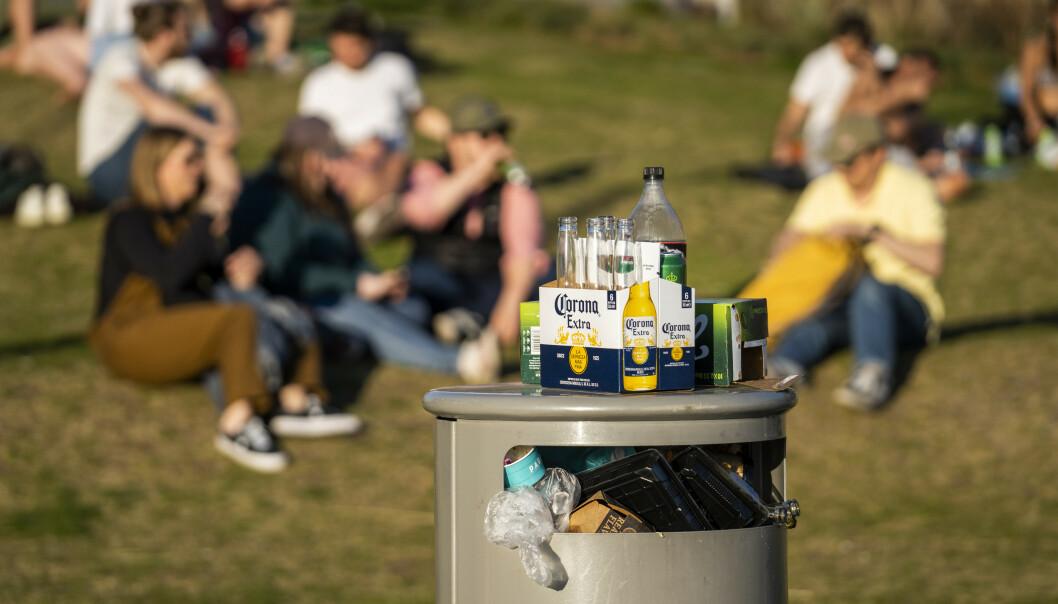 <strong>SØPPEL:</strong> Overfylte søppelkasser og henslengt rusk og rask har vært en gjenganger mange steder denne sommeren. Foto: Heiko Junge, NTB Scanpix