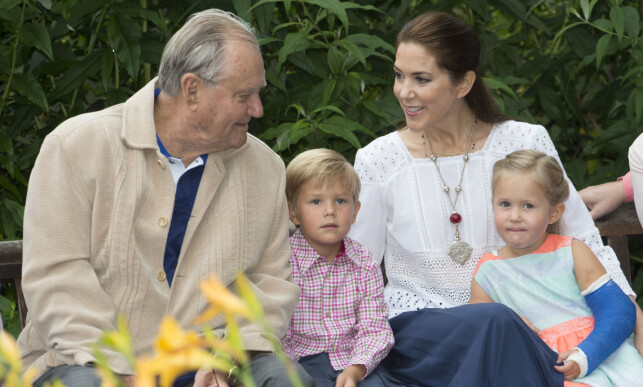 GOD BESTEFAR: Prins Henrik døde i 2018 etter en tids sykdom. Her er han fotografert sammen med svigerdatteren, kronprinsesse Mary, og de to barnebarna prins Vincent og prinsesse Josephine, i 2015. Foto: NTB Scanpix