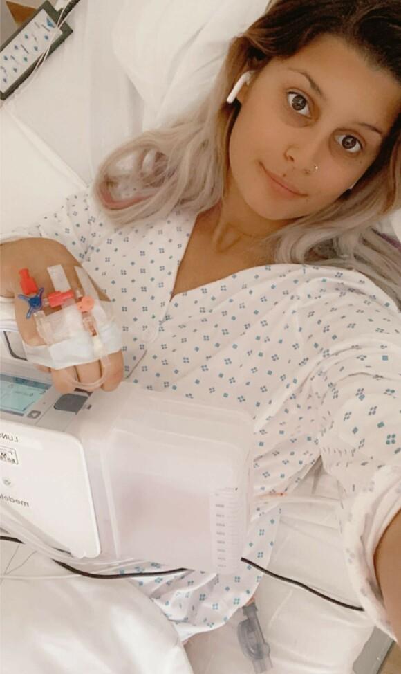 SUGER LUFT: I dag er 24-åringen hakket mer optimistisk, til tross for at hun trenger en maskin for å suge ut luften av lungene. Foto: Privat