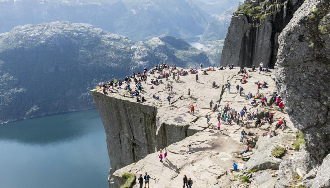 <strong>POPULÆRT TURISTMÅL:</strong> Turister strømmet i fjor til Preikestolen ved Lysefjorden. En ny undersøkelse viser at mange nordmenn ikke ønsker besøk av utenlandske turister i sommer. Foto: Paul Kleiven / NTB Scanpix