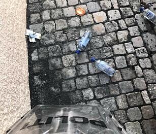 FISKEKAKE: Fiskekaker ble også kastet mot politiet. Foto: Politiet i Trondheim