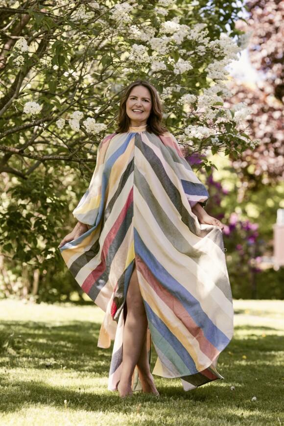 ETTER: Kjole (kr 9000, Découvreur). Tips! Når kjolen er et skikkelig blikkfang, kan du med fordel droppe smykker og andre detaljer. FOTO: Astrid Waller