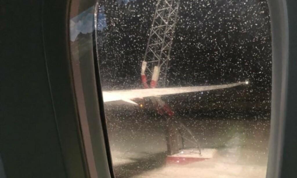 FULL STOPP: Bildet viser tydelig at flyet var altfor bredt for avisingsstasjonen. Foto: Privat