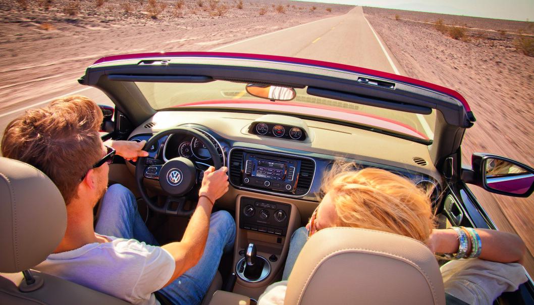 BEDRE BLIR DET IKKE: Når sola skinner og det lukter sommer, er det lite som er bedre enn en rolig kjøretur med taket nede. Foto: VW