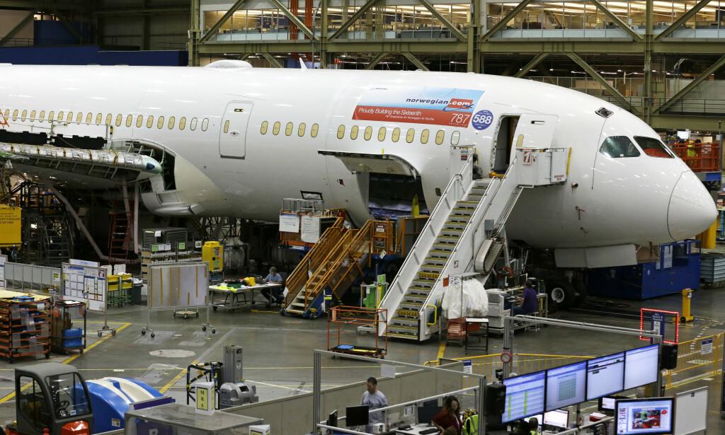 STORT FLY: Bildet viser en av Norwegians Boeing 787 Dreamlinere under bygging på fabrikken utenfor Seattle. Foto: Ted S. Warren / AP / NTB Scanpix