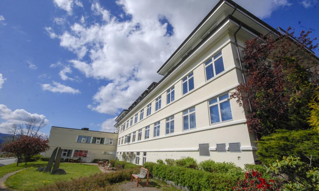 En sykepleier ved Nordfjord sykehus er smittet av covid-19 etter å ha jobbet sammen med en smittet svensk vikarlege. Foto: Ingebjørg Nilsen Stokkenes/Fjordabladet / NTB scanpix