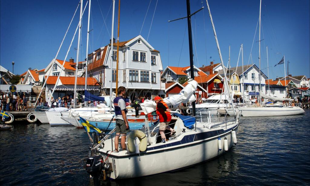 POPULÆRT: Langs den halvannen kilometer lange brygga i Smögen er det vanligvis fullt av båtturister. Nå sliter flere av de svenske gjestehavnene som følge av innreiserestriksjonene. Foto: Heiko Junge / SCANPIX