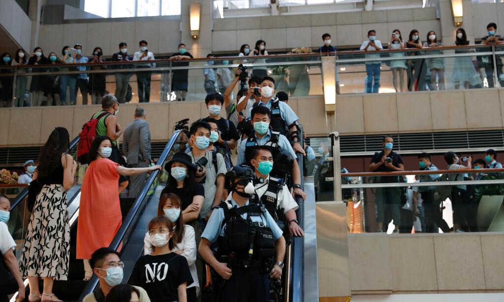 DEMONSTRASJONER: Opprørspoliti i Hongkong slår ned på en demonstrasjon i et kjøpesenter etter at Kina vedtok den nye sikkerhetsloven. Foto: REUTERS/Tyrone Siu