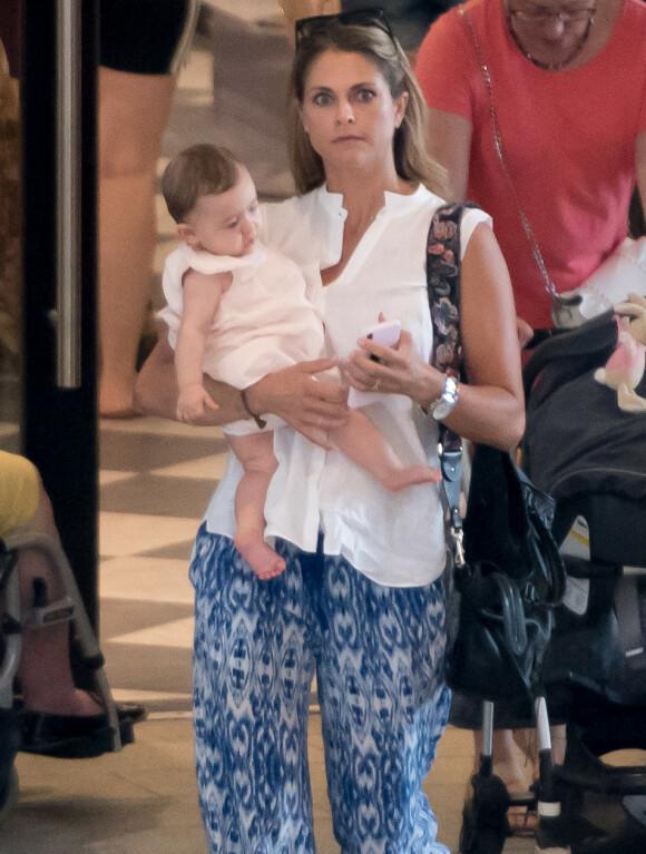I UTLANDET: Prinsesse Madeleine avbildet med datteren Adrienne på armen i Florida høsten 2018. Foto: Splash News/ NTB scanpix