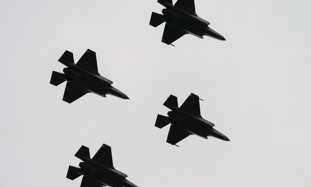 <strong>KAMPFLY:</strong> Kongsberg Gruppen er leverandør av deler til det nye kampflyet F-35, og det sikrer solide inntekter. Men den utsiktene i maritim sektor bekymrer toppsjefen i industrigiganten. Foto: Lise Åserud, NTB scanpix