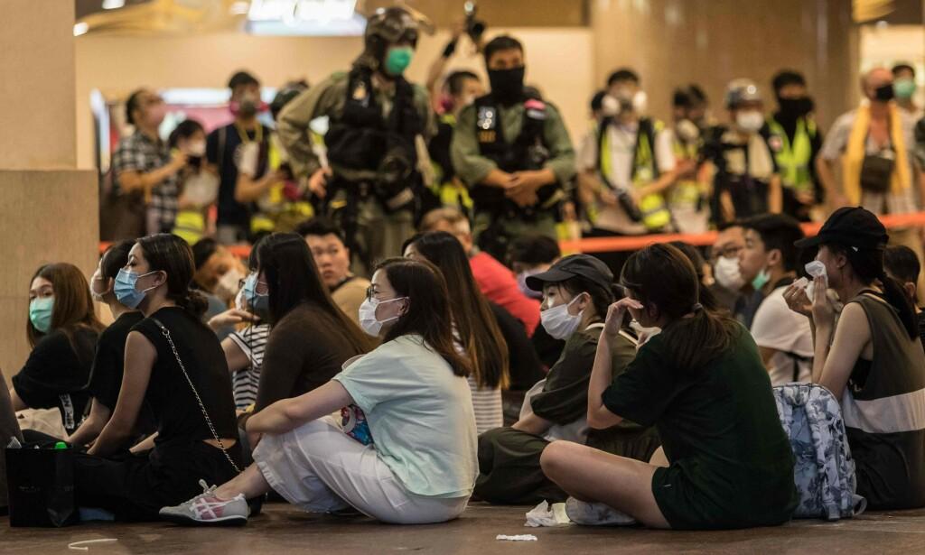 FANGET: Demonstranter arrestert på dag én med de nye drakoniske lovene i Hongkong. En æra er over. Foto: AFP / NTB Scanpix