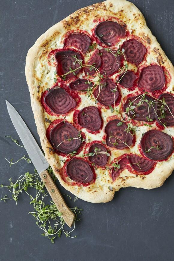 Gjør pizzakvelden ekstra festlig med en pink pizza, som både er lekker og mettende. Tips! Prøv også med andre rotgrønnsaker, f.eks. søtpoteter eller polkabeter. FOTO: Winnie Methmann