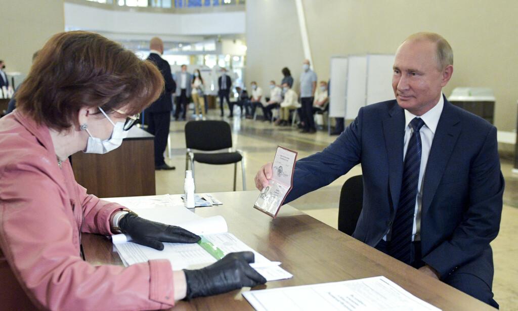 FØRSTEVELGER: Ethvert valg i Russland har i realiteten én velger, president Vladimir Putin. Her stemmer han i ukas folkeavstemning. Foto: AP / NTB Scanpix