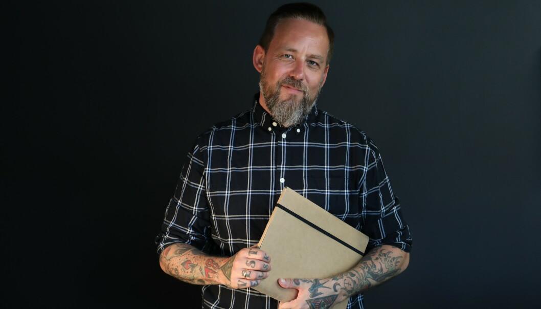 UKJENT ARVING: Programleder Tarjei Strøm skal lete etter mennesker som ikke vet at de har arv i vente. Seriekonseptet har hatt stor suksess i Danmark og Sverige. Premiere i oktober. FOTO: NRK