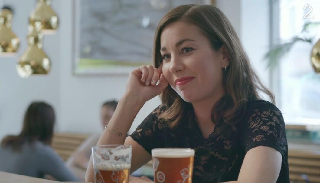 29: Her har Julie (spilt av Julie Rudbæk) akkurat fått vite at en av bestevenninnene er gravide. Selv er hun nylig blitt singel. FOTO: TV 2