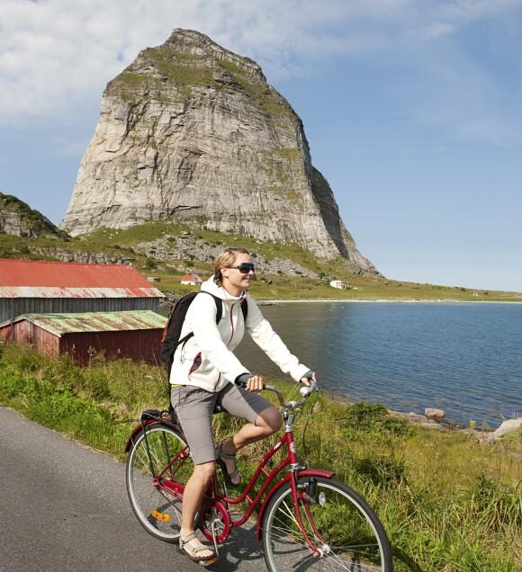 Flott skue: Godt ute i havet utenfor Sandnessjøen, der ligger Træna i all sin prakt. Her kan du – blant annet – se Norges eldste fiskevær, og bestige fjellet i bakgrunnen på bildet.