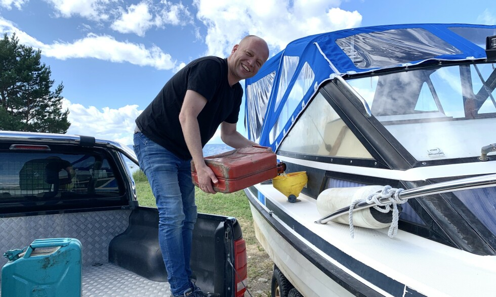 MJØSA: Trygve Slagsvold Vedum står på lasteplanent på dieselbilen sin og fyller bensin på Draco-båten. Det blir mange sommerdager på Mjøsa framover. Foto: Jørgen Gilbrant / Dagbladet