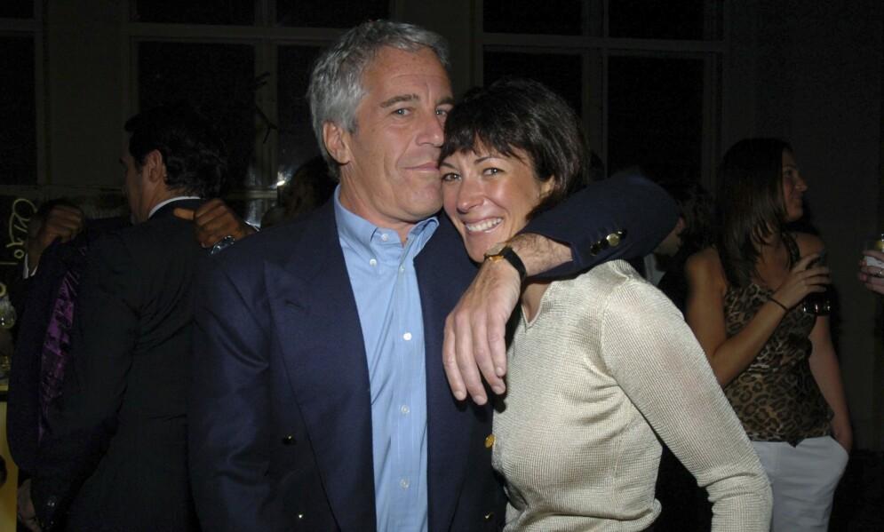 VENNER: Ghislaine Maxwell (bak t.h.) var Jeffrey Epsteins beste venn. Her avbildet sammen i 2005. Foto: Joe Schildhorn/Patrick McMullan/Getty Images.