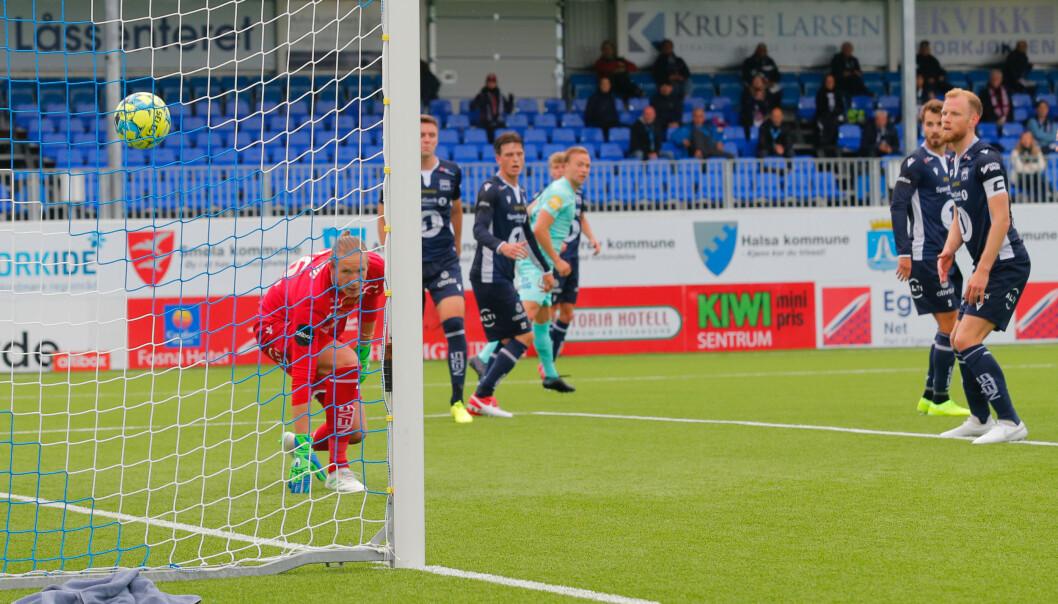 UHELDIG: Ulvestad setter ballen i eget mål etter en corner. Foto: Svein Ove Ekornesvåg / NTB scanpix