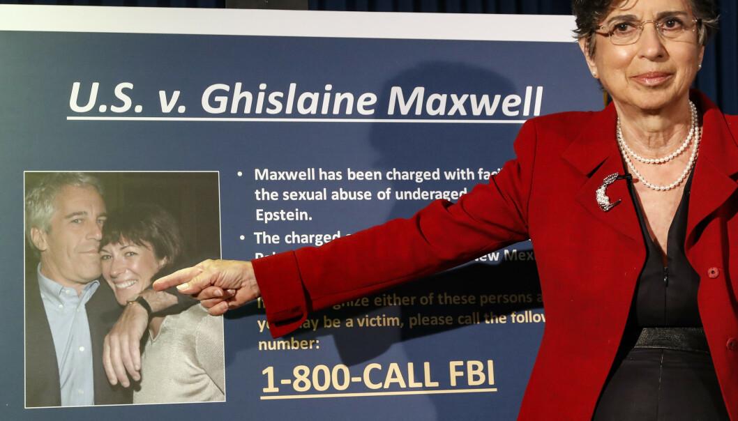 PÅGREPET: Statsadvokat Audrey Strauss med et bilde av Ghislaine Maxwell sammen med Jeffrey Epstein. Foto: John Minchillo / AP / NTB scanpix
