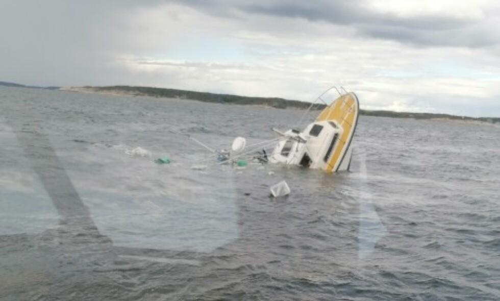 I SISTE ØYEBLIKK: De elleve om bord i denne sjarken kan prise seg lykkelig over at ei redningsskøyte var like i nærheten. Foto: Redningsselskapet/Horn Stayer