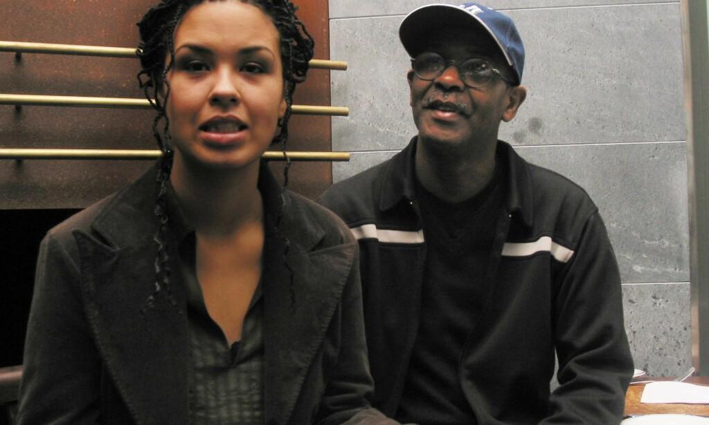 BEKLAGET SEG: Maria Mena har flere ganger valgt å være åpen om at hun er blitt utsatt for rasisme. Her er hun og faren, amerikanske Charles Mena, fotografert sammen i 2003. Foto: Elisabeth Halmø / NTB scanpix