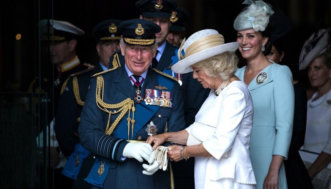 RIK: Prins Charles av Wales (foran t.v.) har tjent store summer på avdøde mennesker og eiendommer det siste året. Her med sin kone, hertuginne Camilla (foran t.h.), prins William (bak) og hertuginne Kate i 218. Foto: NTB Scanpix